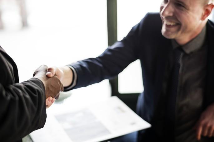 imagem de dois homens confiantes ao apertarem as mãos