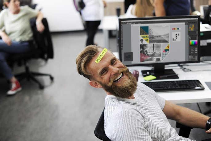 Homem feliz em um ambiente de trabalho