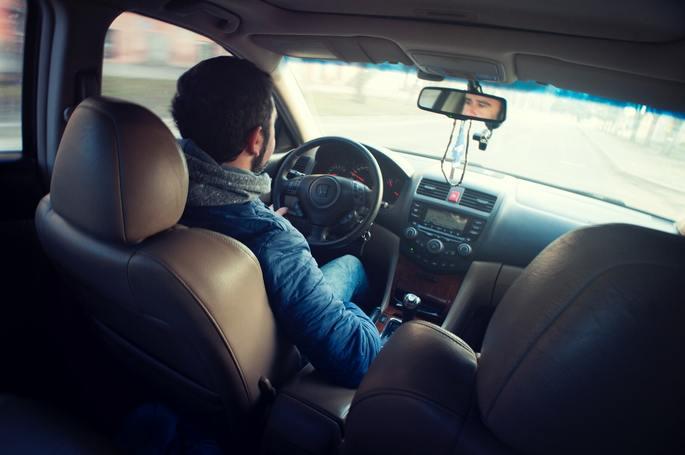 imagem homem conduzindo carro