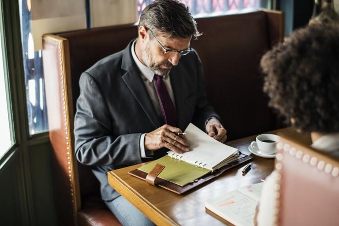 Homem atualizando sua agenda para networking