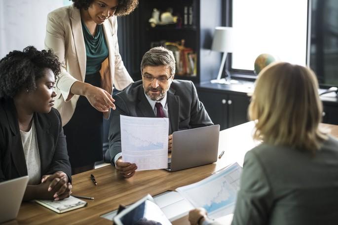 imagem de um homem em reunião com equipe de trabalho