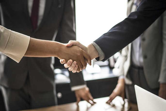 Dois profissionais fechando um acordo