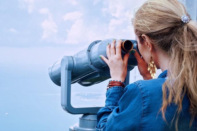 imagem mulher com binóculo