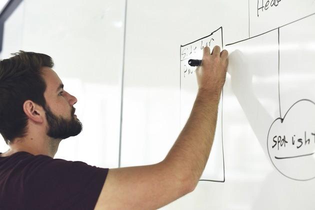 O coordenador para o desenvolvimento do conhecimento direciona a formação dos colaboradores