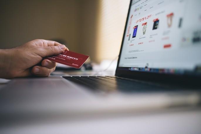 imagem pessoa usando cartão de crédito