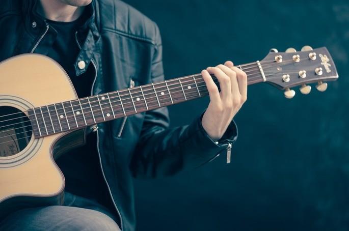 imagem de homem tocando violão