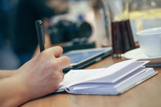 Copiar o texto à mão, ativa áreas do cérebro que auxiliam a memória e o raciocínio