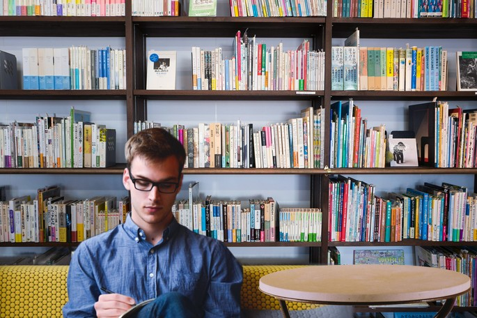 jovem numa biblioteca