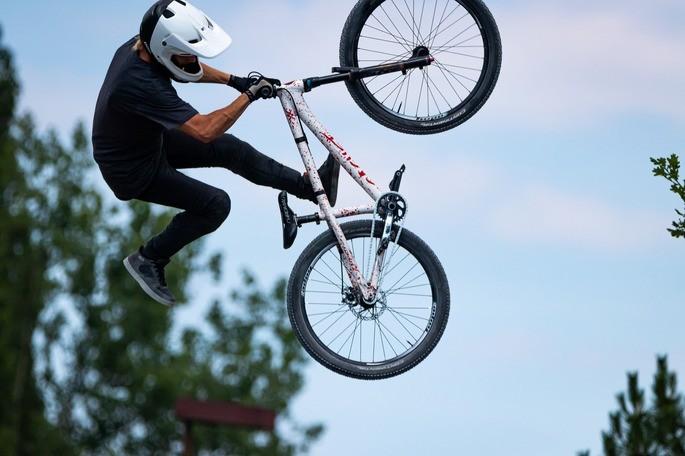 imagem homem saltando com a bike