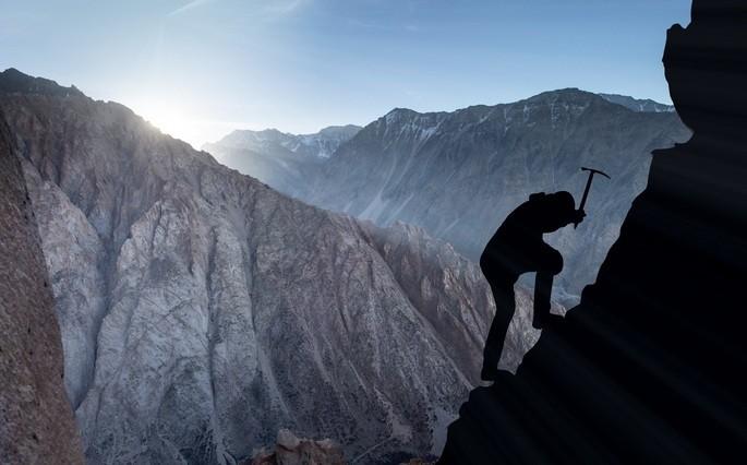 imagem homem escalando montando com persistência