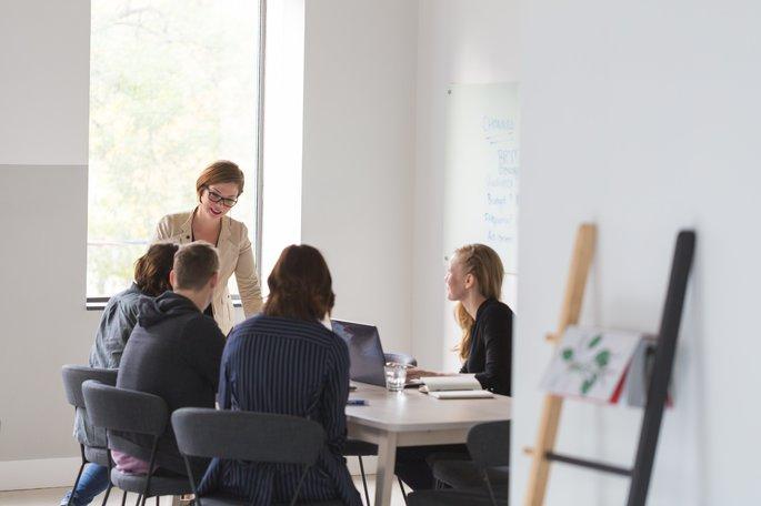 imagem de uma mulher criativa compartilhando ideias numa reunião