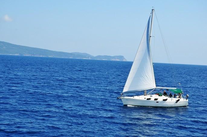 barco no oceano