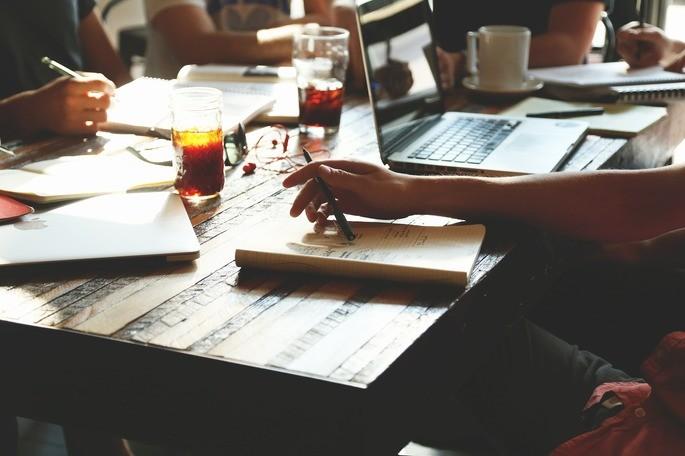 imagem de pessoas fazendo anotações