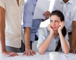 Como você lida com trabalho sob pressão? Descreva uma situação