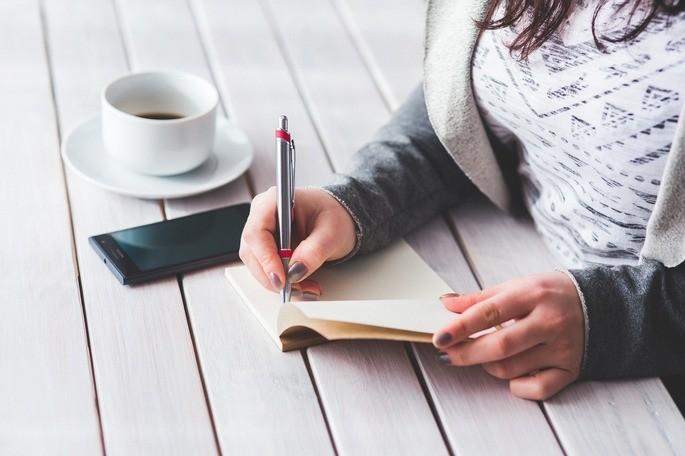 imagem jovem escrevendo